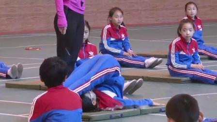 人教版体育五年级《肩肘倒立》课堂教学视频实录-卢清霞