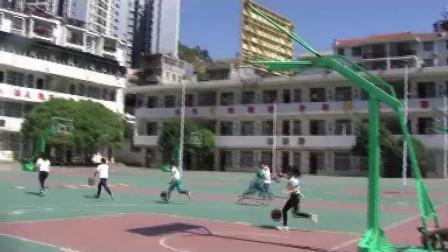 《小篮球-行进间运球》科学版四年级体育,赵必胜