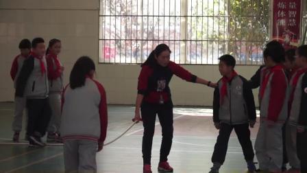 人教版体育五年级《跨越式跳高》课堂教学视频实录-王莉亚